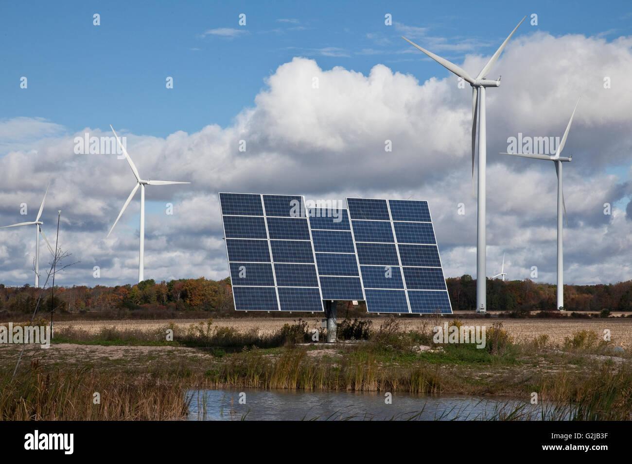 Solar-Panels auf tracking-System und Windmühlen in Ackerland von Südwest-Ontario (in der Nähe von Stockbild
