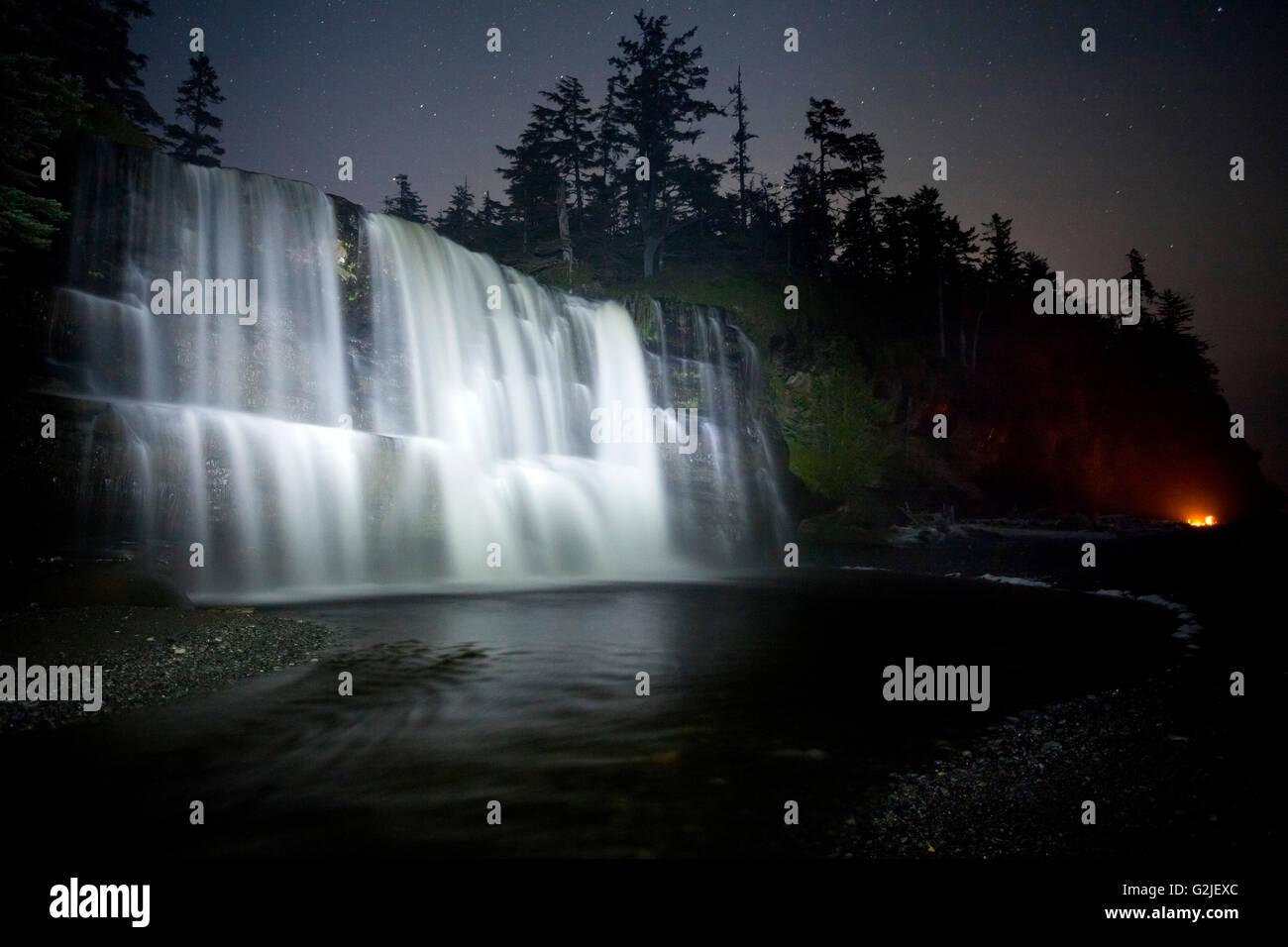 Tsusiat Falls in der Nacht, Campingplatz, West Coast Trail, Pacific Rim National Park Reserve, Vancouver Island, Stockbild