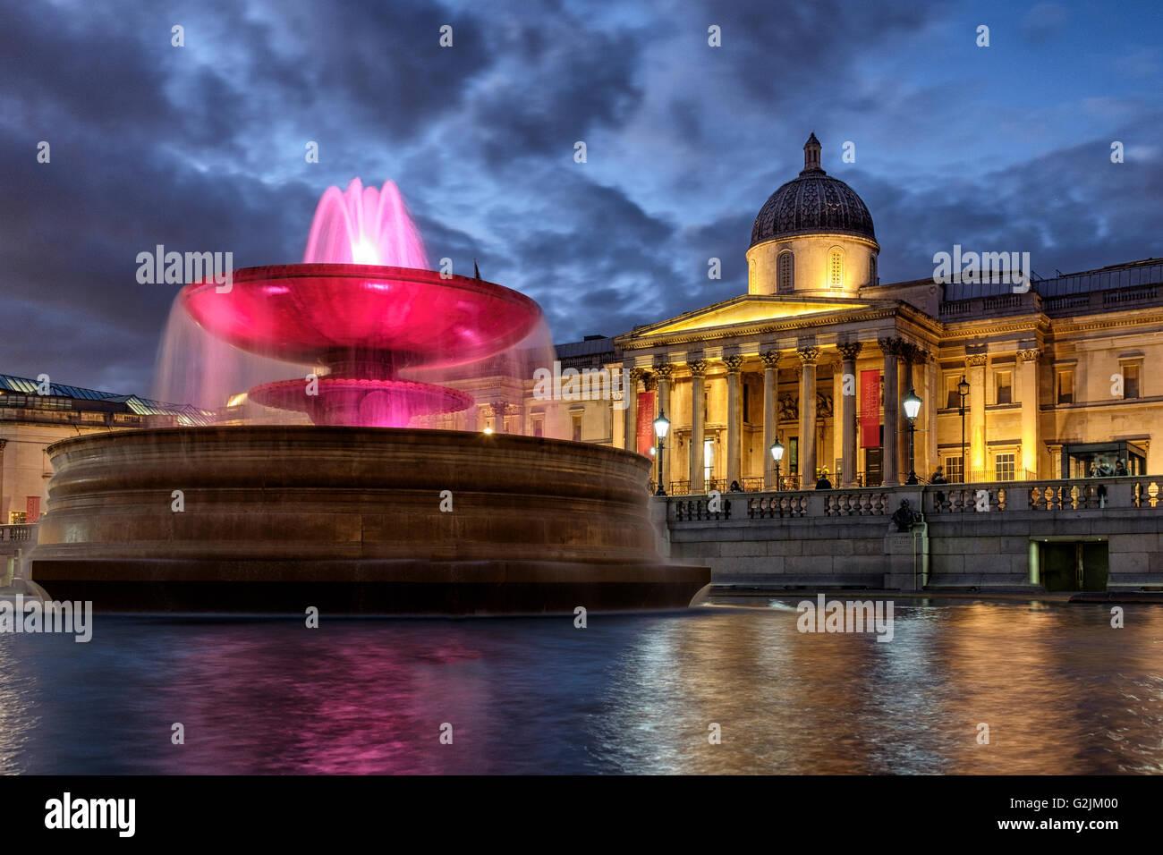 Beleuchteter Springbrunnen und die nationalen Galleryat Nacht, Trafalgar Square, London, England Stockbild