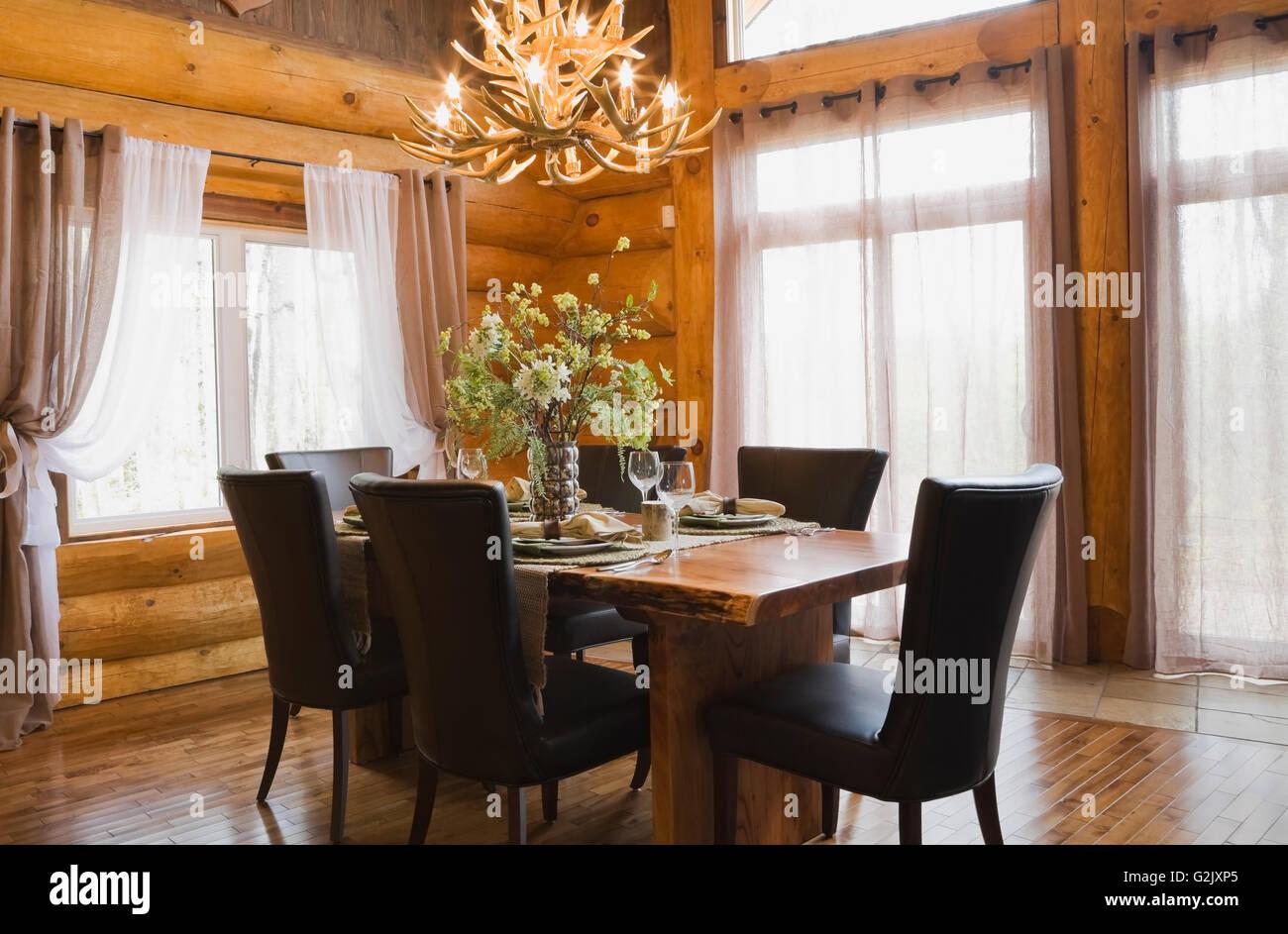Natürliches Holz Esstisch braun Leder Stühle im Speisesaal im ...