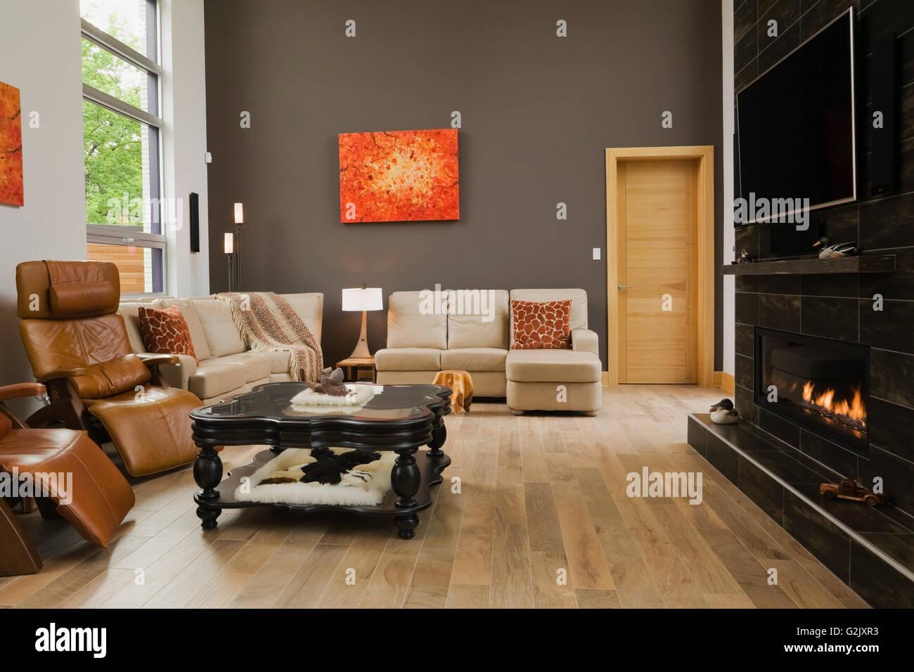 Charmant Braun Leder Hoher Lehne Sitzend Stühle Schwarz Beige Sofas Couchtisch Aus  Holz Beleuchtet Gas Kamin Im Wohnzimmer In Eine Moderne