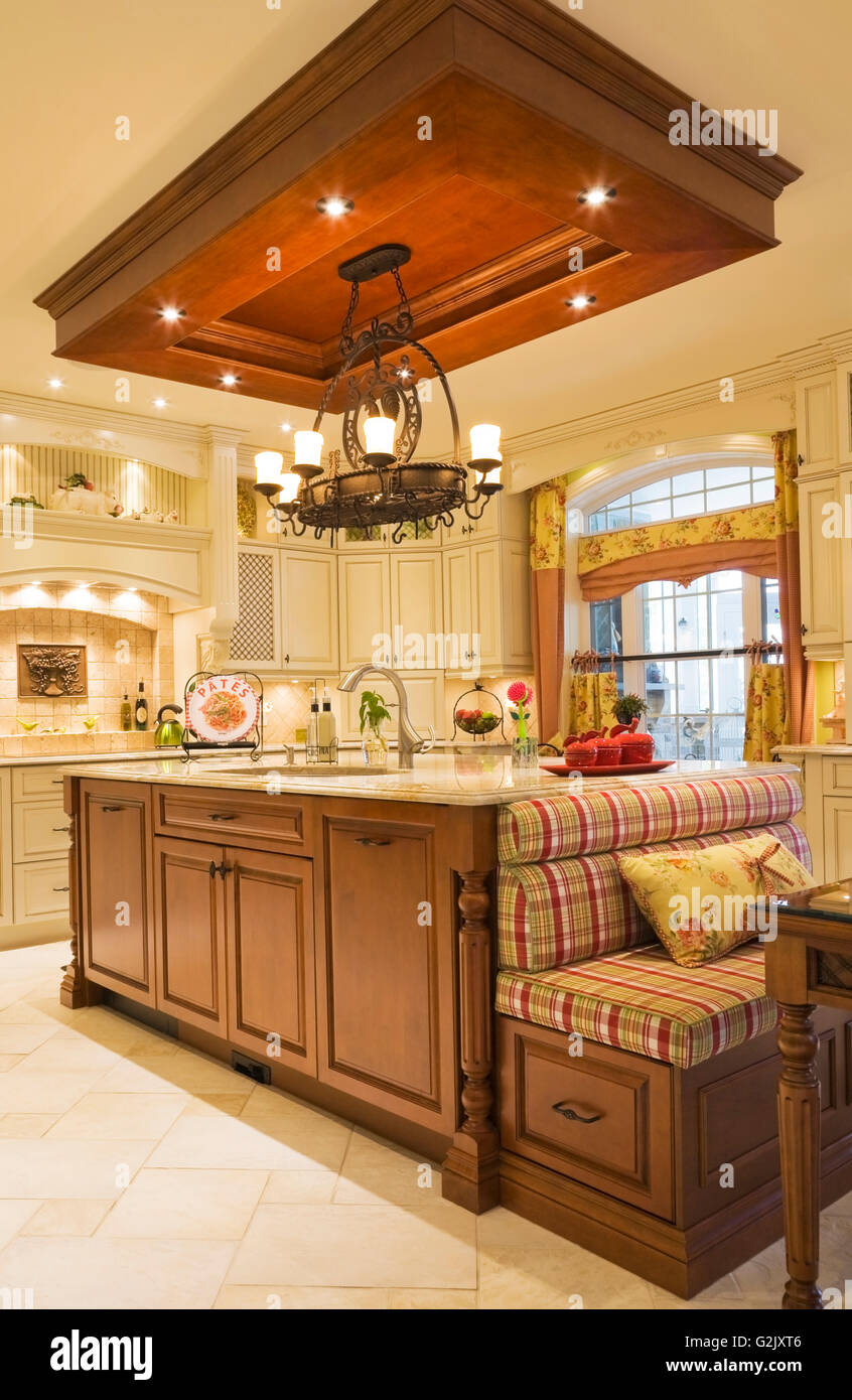 Beleuchtete Kronleuchter über Insel Schachbrettmuster Sitzen Bank  Frühstückstisch In Der Küche Im Eleganten Landhausstil