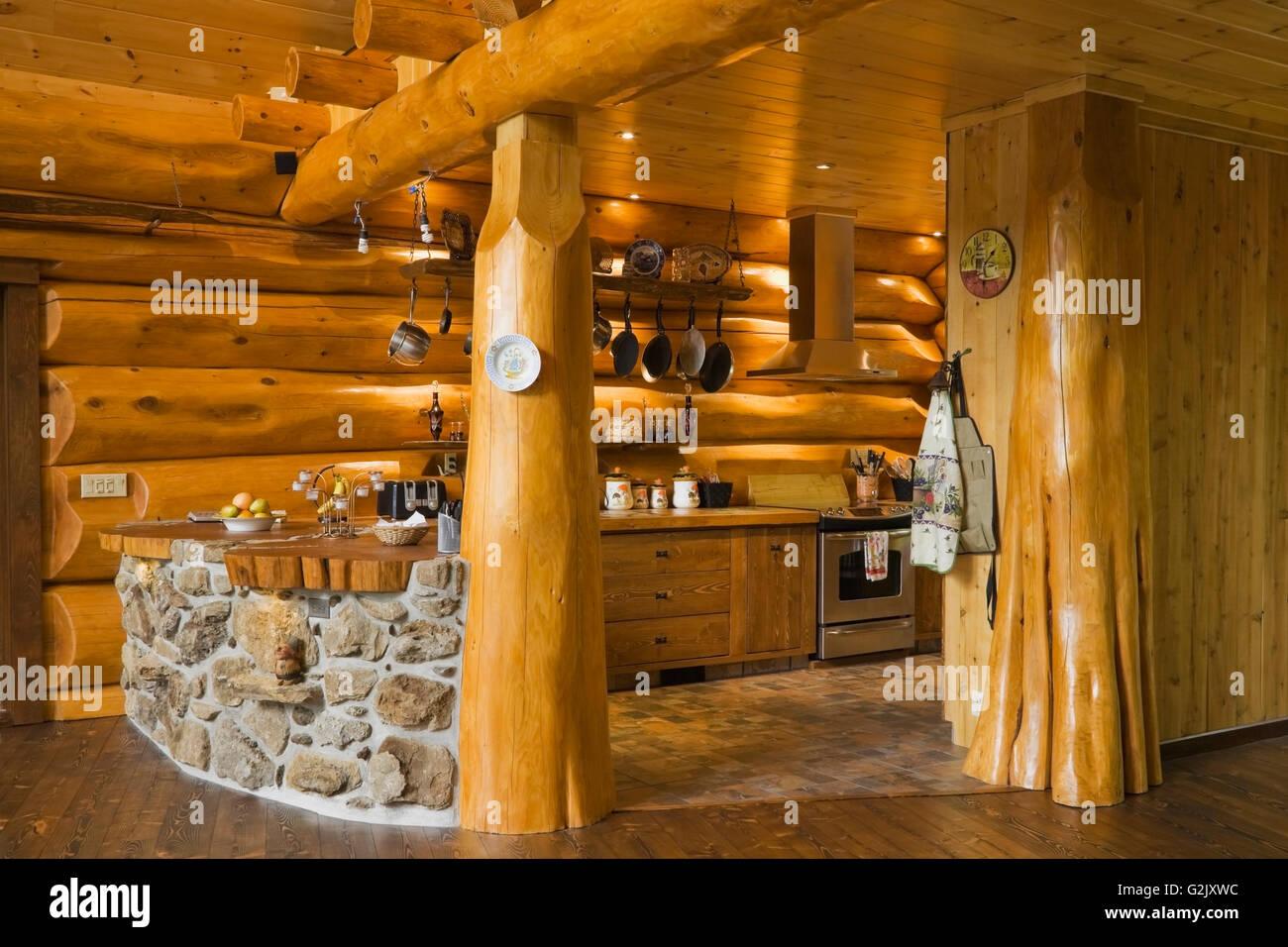 Gebogene Küchenbar konstruiert Feldsteinen porösen Felsen in eine ...