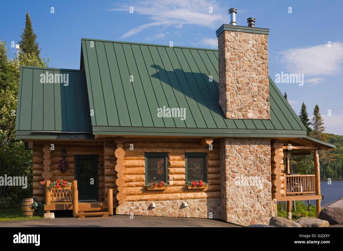 Hochwertig Handgefertigte Fichte Log Home Fassade Feldsteinen Kamin Grüne Metalldach  In Quebec Kanada This Image Eigenschaft Sommer Veröffentlicht