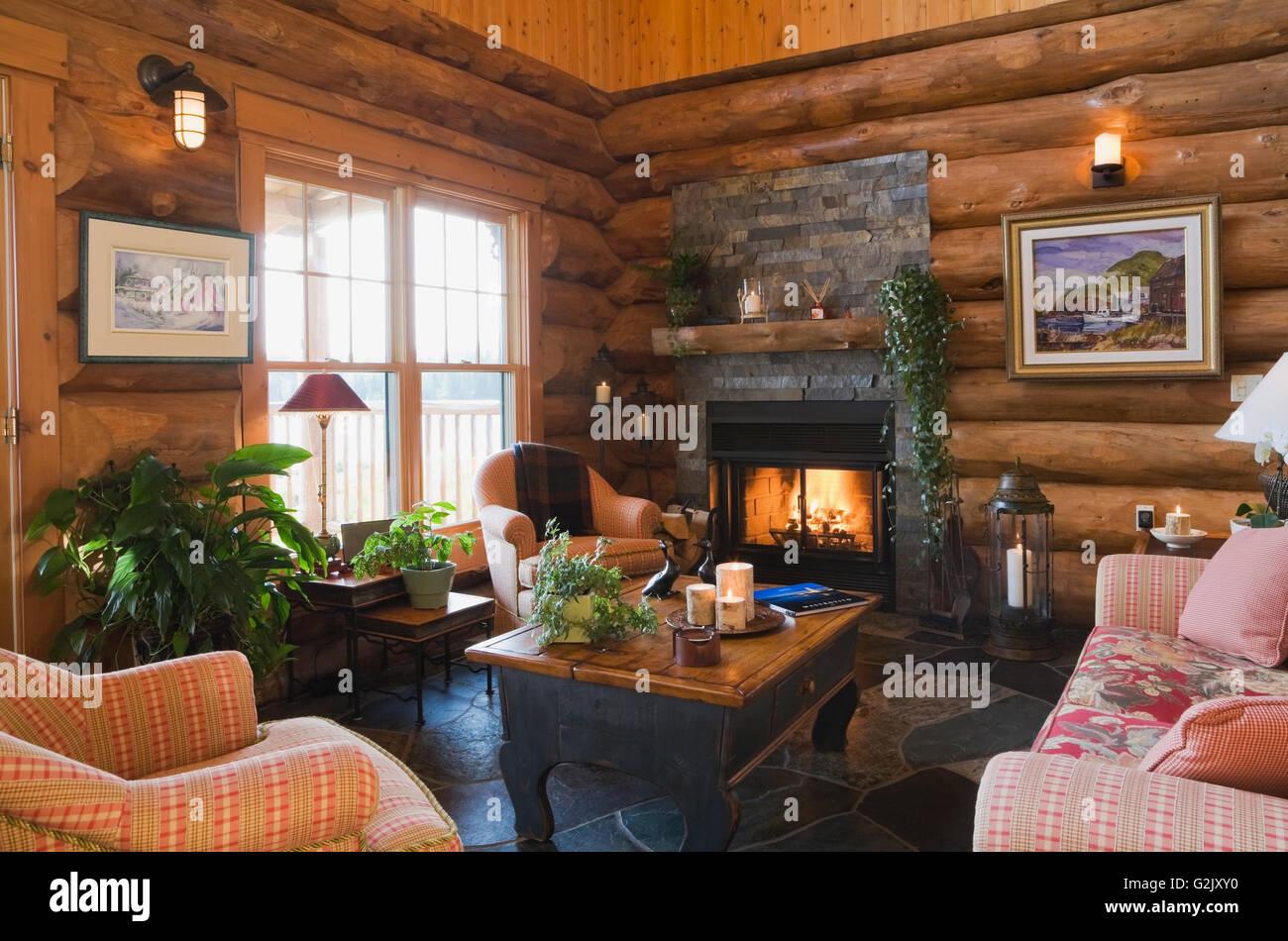 Polsterstuhle Sofa Beleuchtet Couchtisch Aus Holz Kamin Im