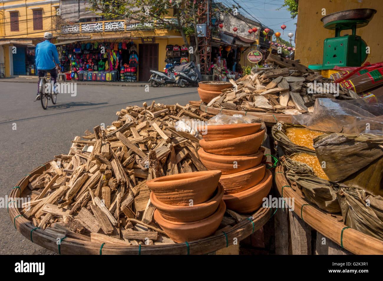 Natürlich duftenden Holz zum Verkauf (wahrscheinlich Aloeholz) für das Brennen als Räucherwerk, Hoi Stockbild