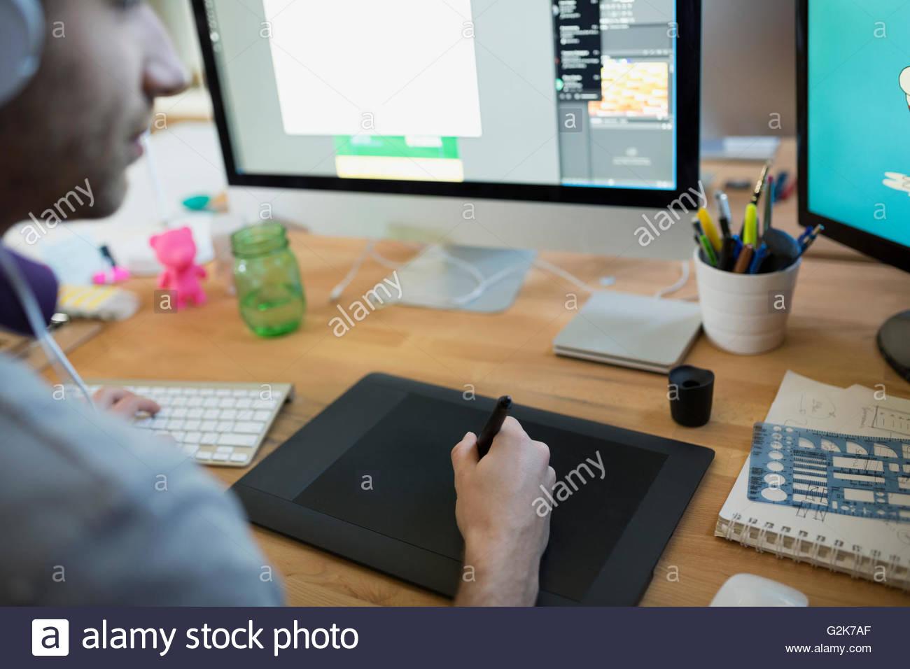 Designer mit Grafiktablett am computer Stockbild
