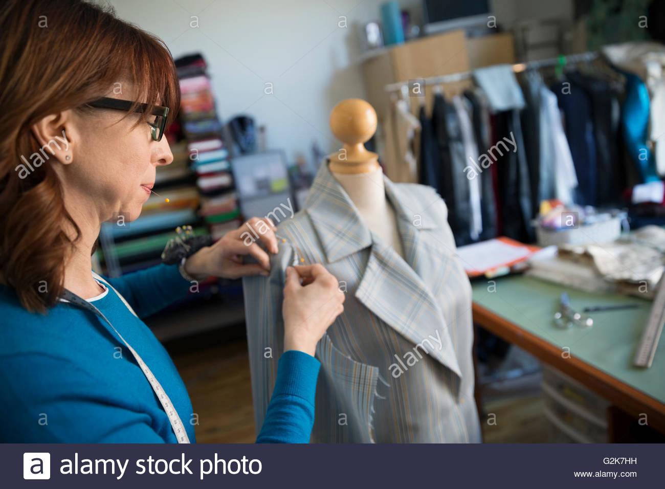 Schneiderin pinning Anzug schneidern Modell Stockbild