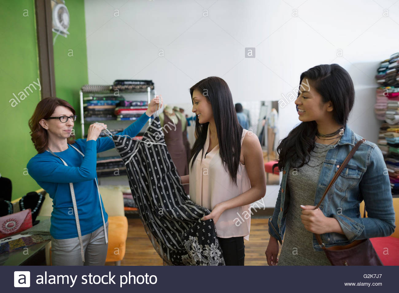 Schneiderin zeigen Frauen Kleid Stockbild