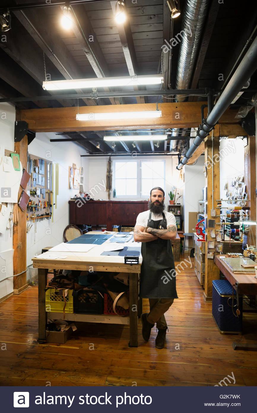 Porträt Zuversichtlich Leder Hersteller In Werkstatt Stockfoto Bild