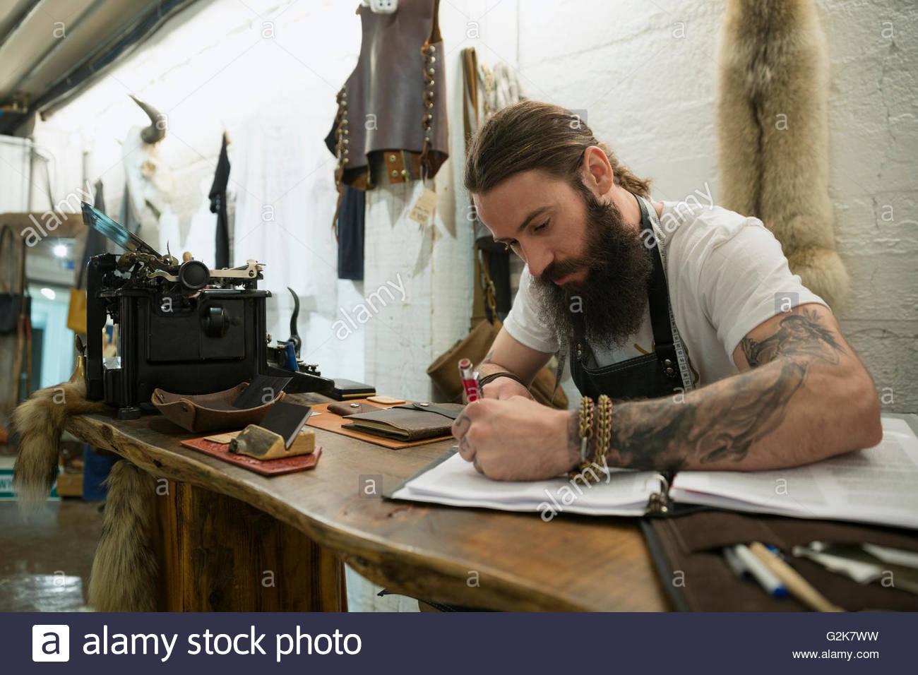 Leder-Shop Besitzer Unternehmer arbeiten am Schreibtisch Stockbild