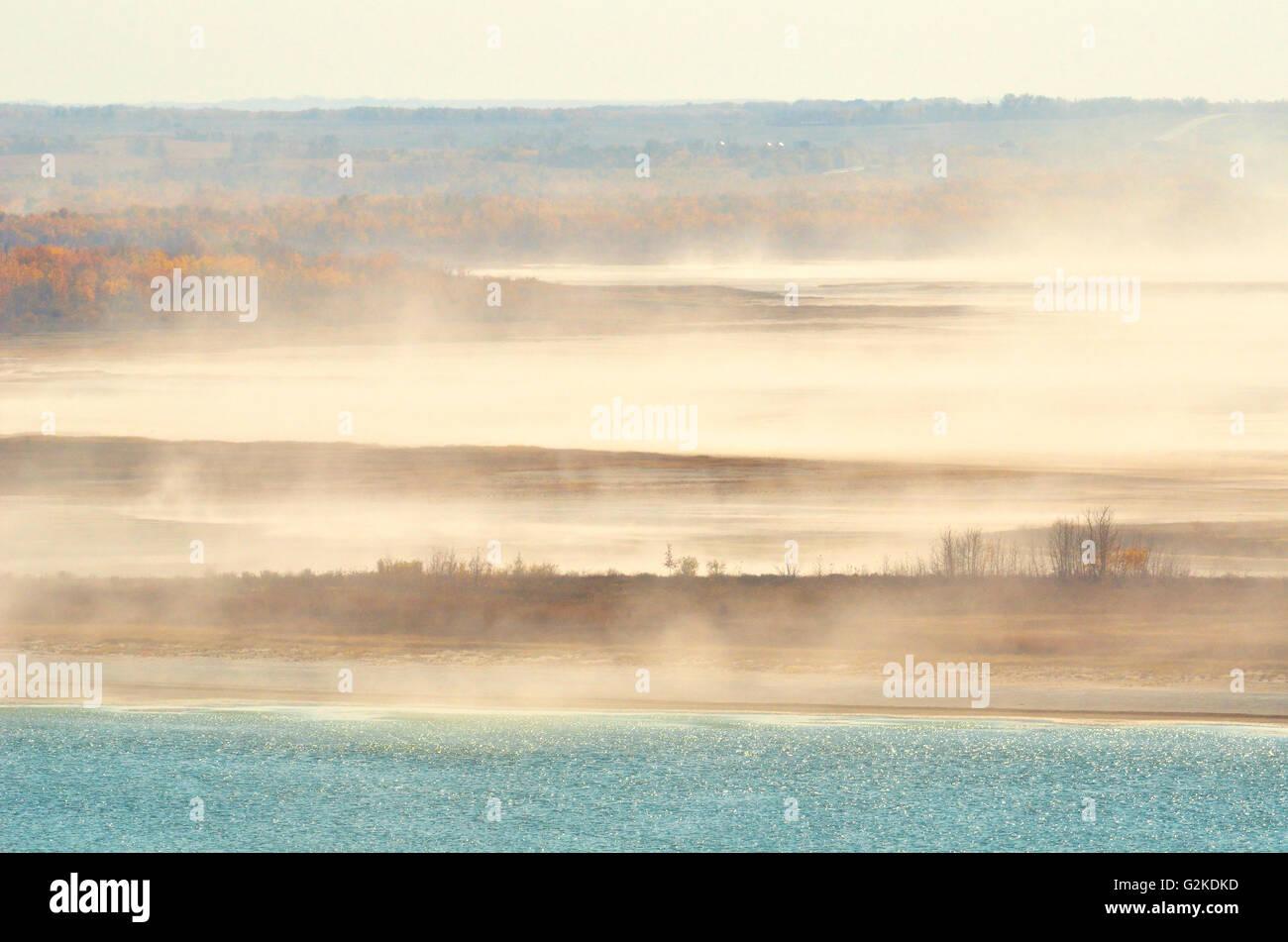 Wind, die salzhaltige Staub aus Kochsalzlösung Abholung Schorfe in der Nähe von Paynton Saskatchewan Kanada Stockbild