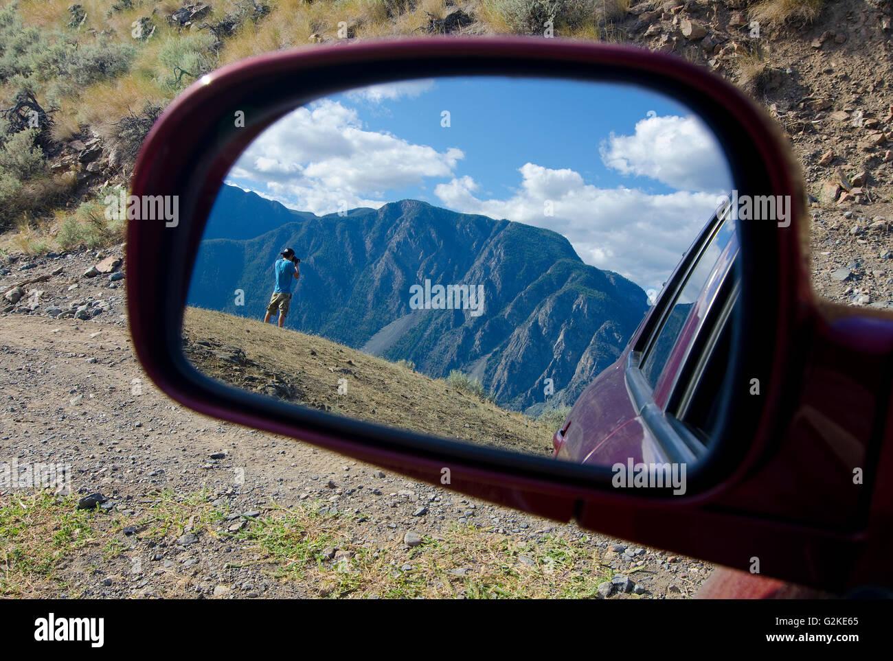 Ansicht Sommer Wanderer durch Sideview Spiegel während nimmt Fotos vom Nadelkissen Berg mit Blick auf Keremeos Stockbild