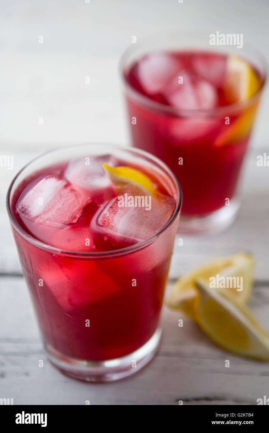 Zwei Gläser Cranberrysaft mit Eis und Zitrone Stockbild