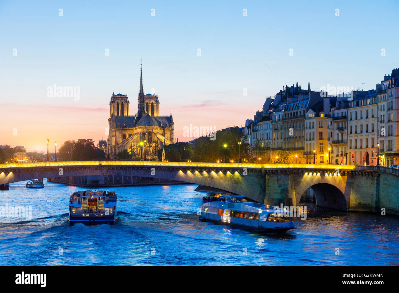 Paris, Schifffahrt auf der Seine bei Sonnenuntergang mit Notre Dame de Paris Kathedrale im Hintergrund Stockbild
