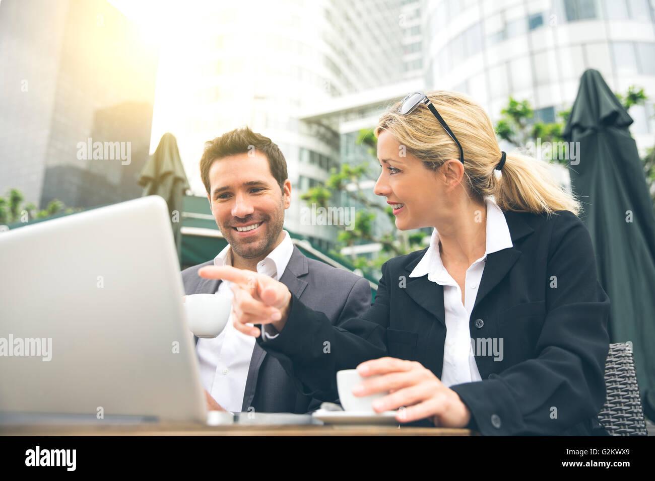 Geschäftsleute treffen für eine Kaffeepause Stockbild