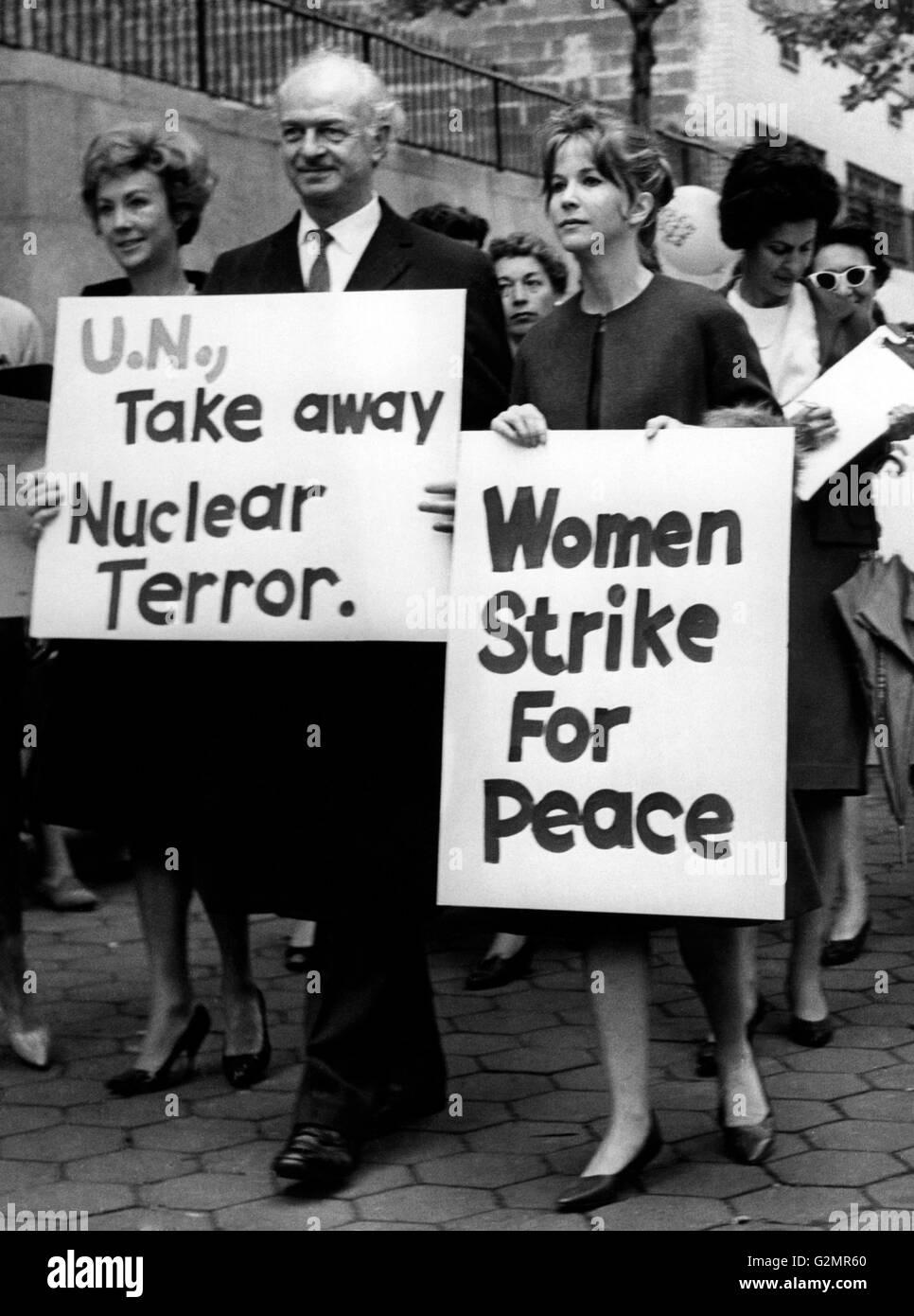 New York, den Nobelpreis für Physik Linus Pauling während einer Friedensdemonstration, 1966 Stockbild