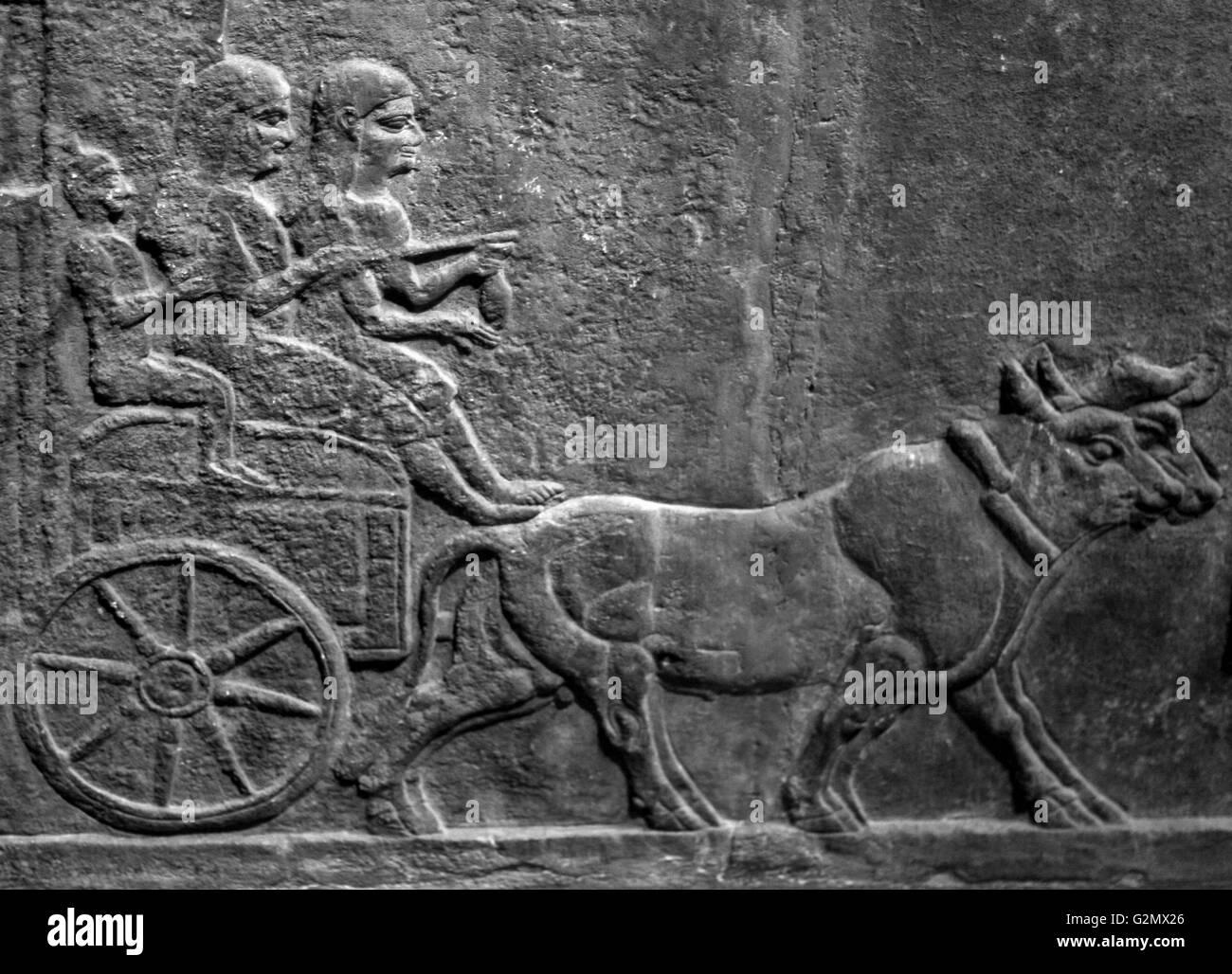 Entlastung der assyrische Soldaten tragen entfernt aufgenommene Götter Stockbild