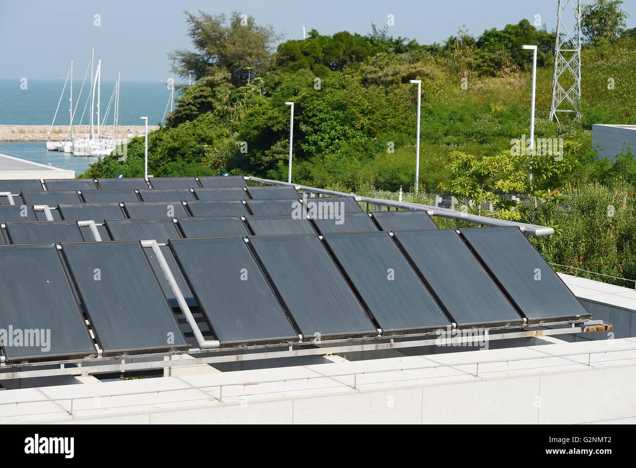 Solare Warmwasserbereitung Panel Auf Einem Hausdach Stockbild