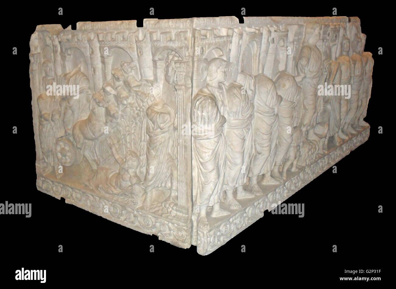 Roman Sarcophagus in Relief-Darstellungen des Christus abgedeckt. Stockbild