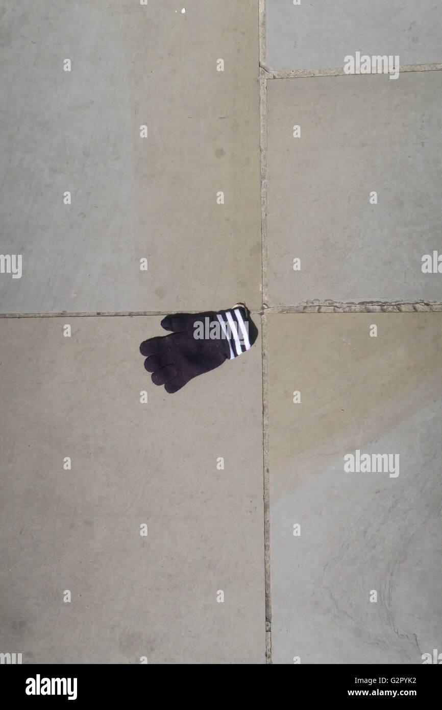 ausrangierte verlorenen Handschuh auf Bürgersteig Stockbild