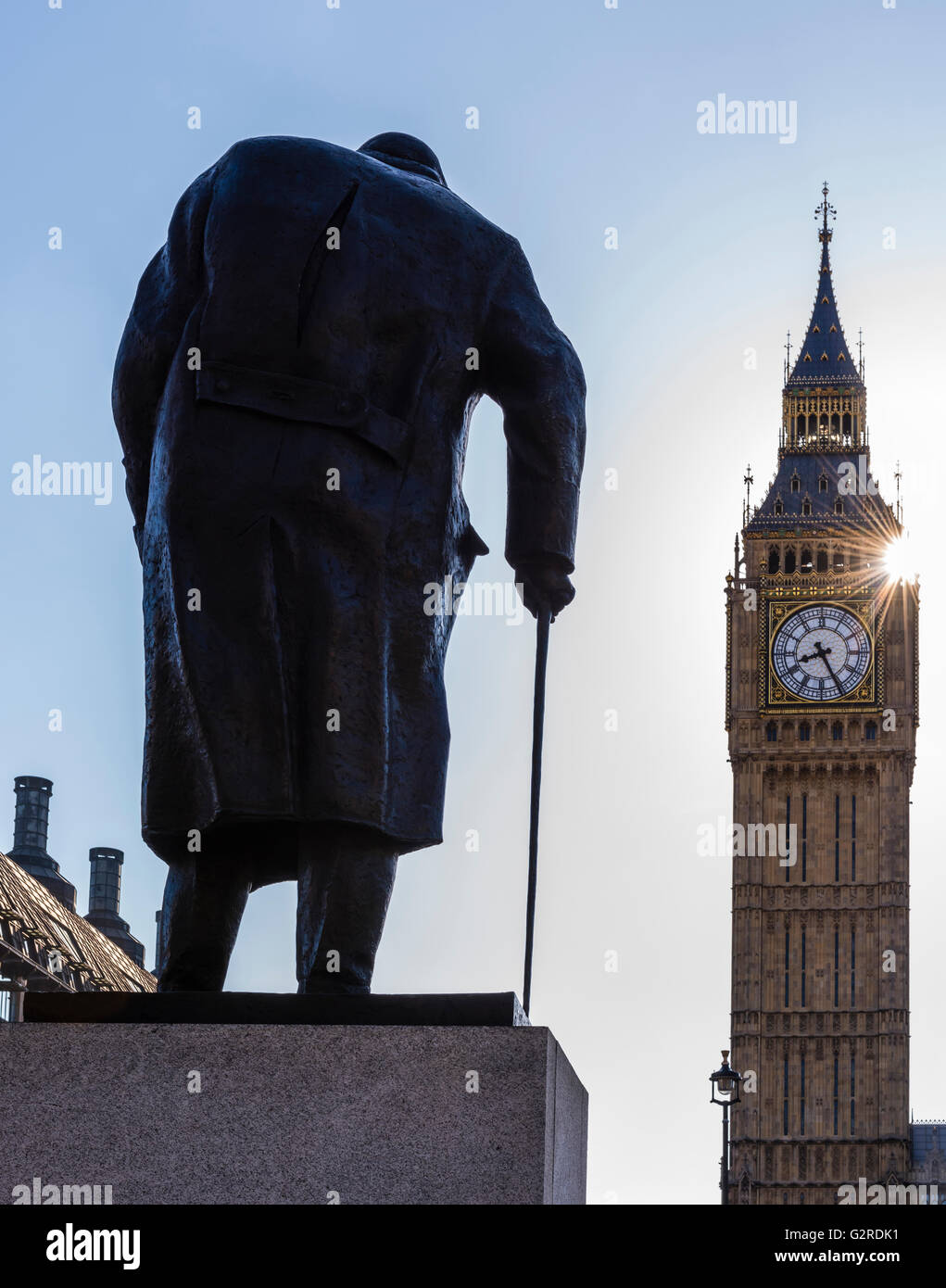 Sonne direkt neben Big Ben und Parliament Square, Westminster, London, UK. Stockbild