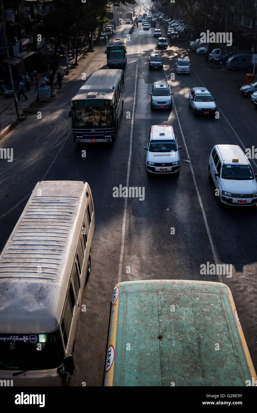 Feierabendverkehr in Stadt Yangon, Myanmar. Stockbild