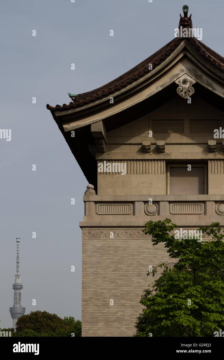 Tokyo Skytree gesehen hinter Museumsbauten in Ueno-Park, Ueno, Tokio, Japan Sonntag, 8. Mai 2016 Stockbild