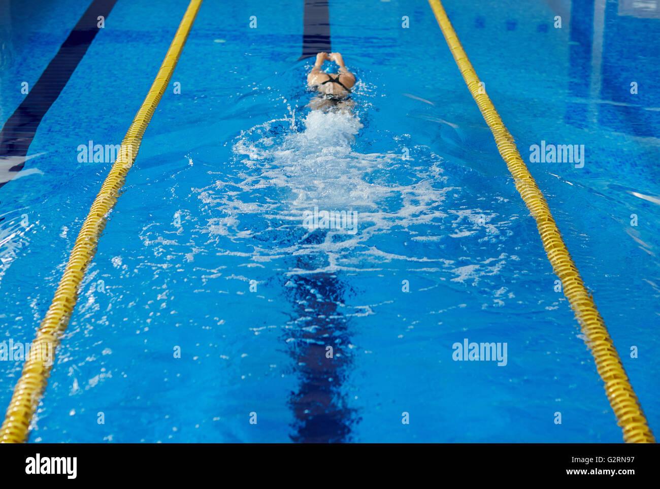 Frau, Schwimmen Stockbild