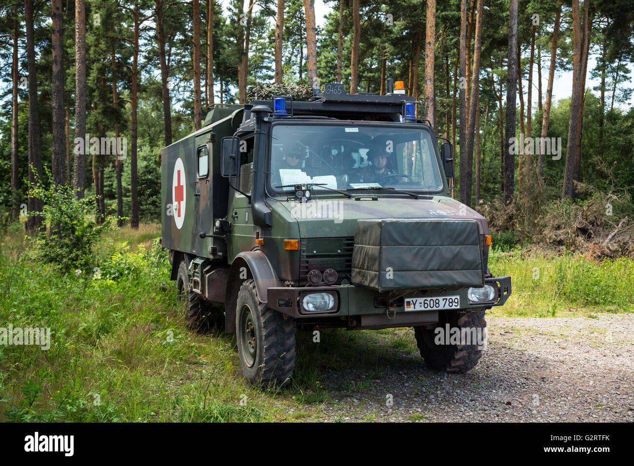 Hillersleben, Deutschland, UNIMOG eine mobile Arzt-Truppe ... | {Arzt bundeswehr 97}