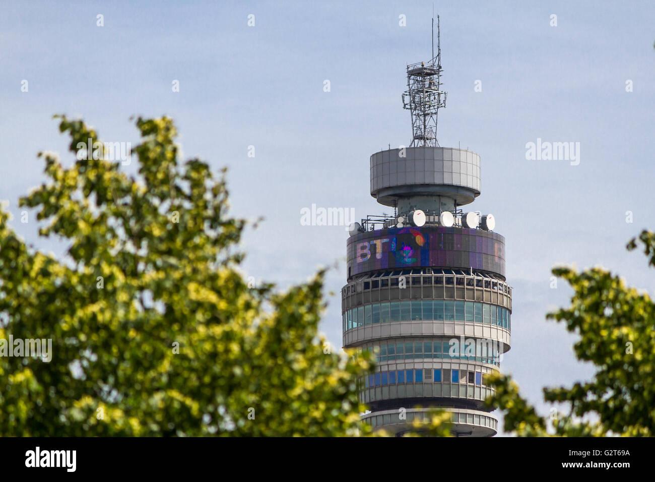 Die BT-Turm, der früher als Der Post Tower, die durch die Bäume im Regents Park, London, UK gesehen bekannt Stockbild