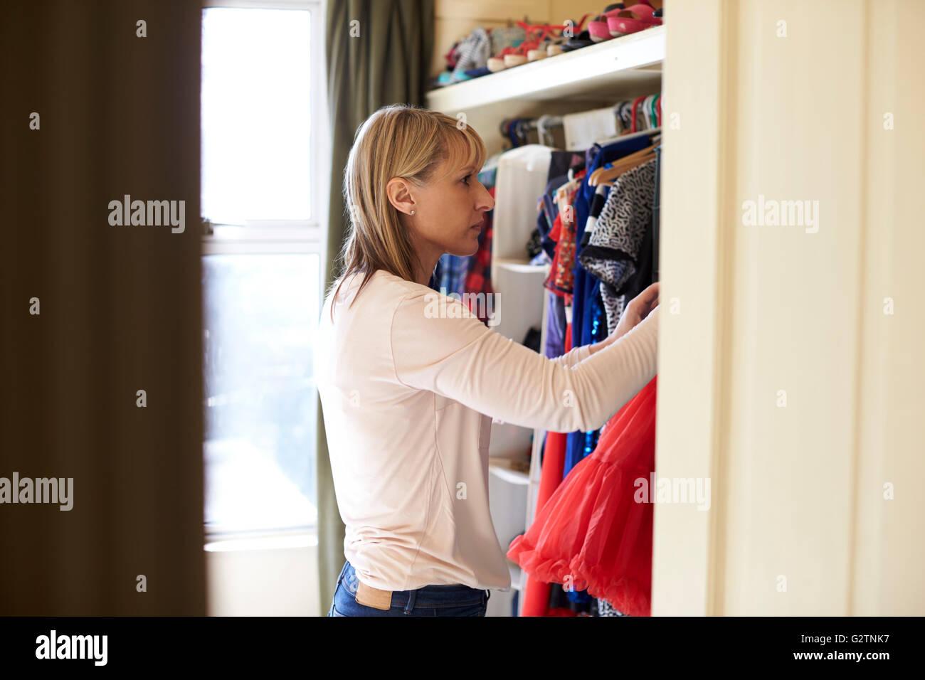 Ordinary Schlafzimmer Blick Frau #2: Frau Im Schlafzimmer Blick Auf Kleidung Im Schrank