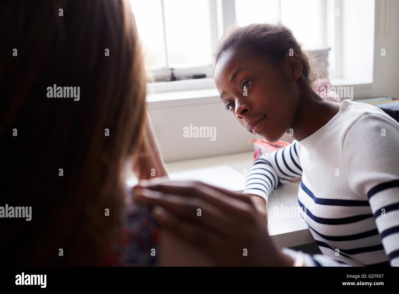 Teenager-Mädchen tröstet Freund leiden mit Depression Stockbild