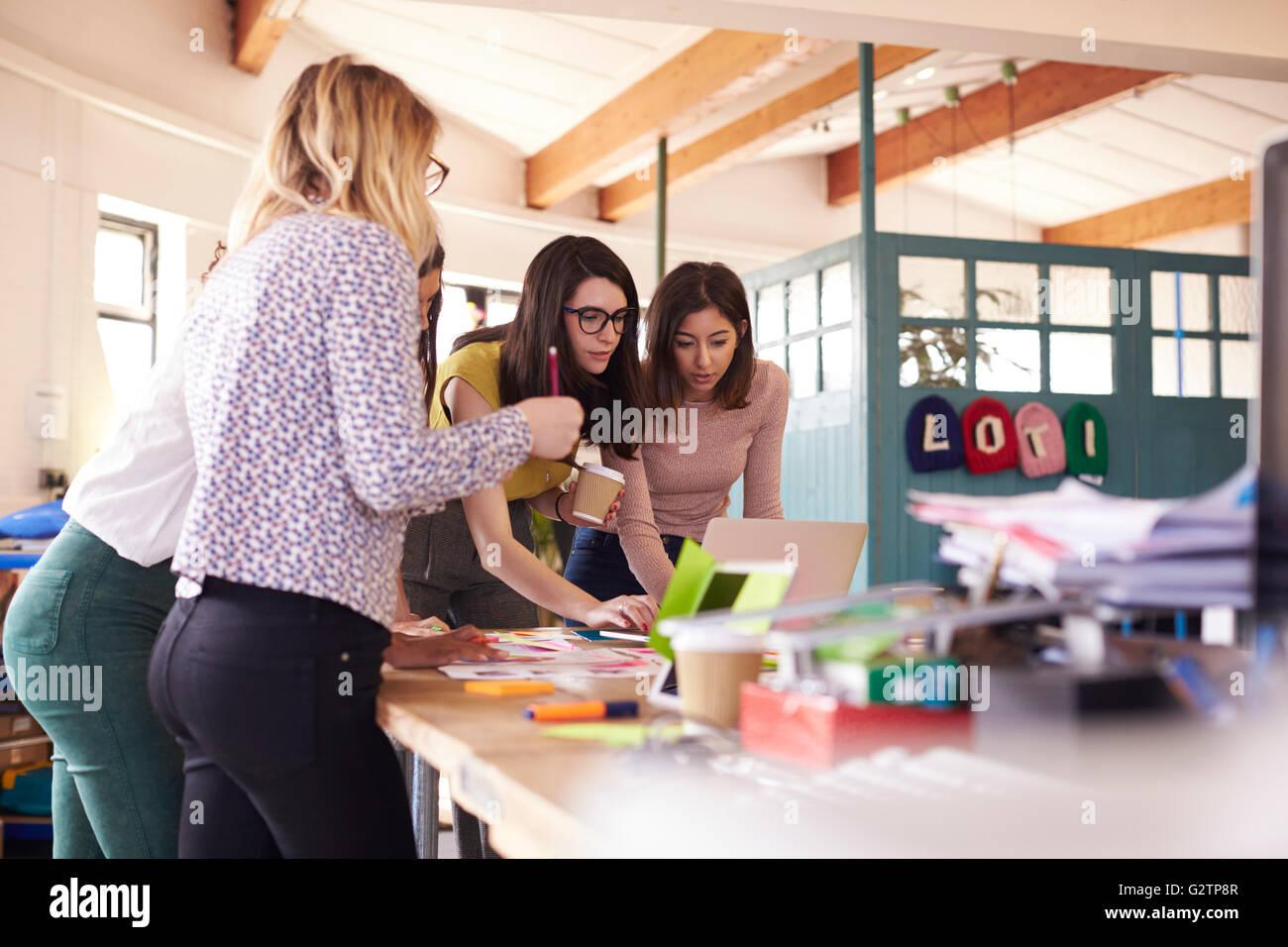 Designerinnen mit Brainstorming-Sitzung im Büro Stockbild