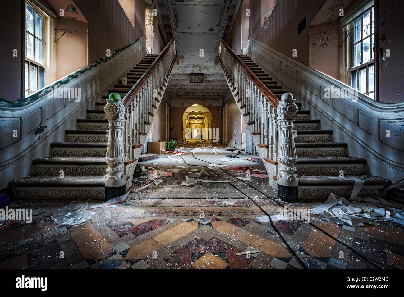 Haupteingang mit symmetrischen Treppen von einem verlassenen psychiatrischen Krankenhaus (abgerissen im Jahr 2015) Stockbild