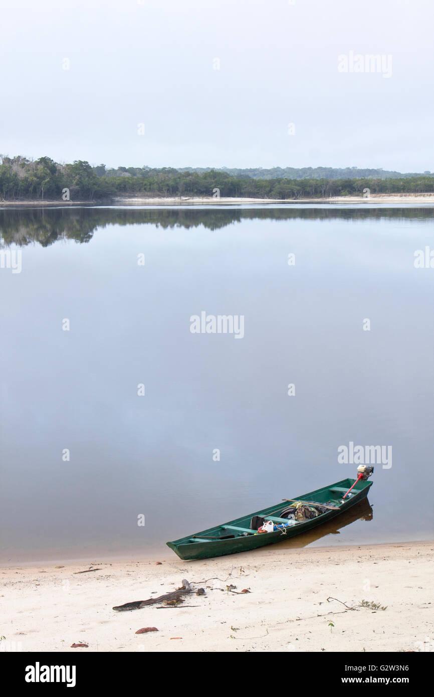 Alten Holzboot ans Ufer des Amazonas in Brasilien auf einer ruhigen Szene festgemacht Stockbild