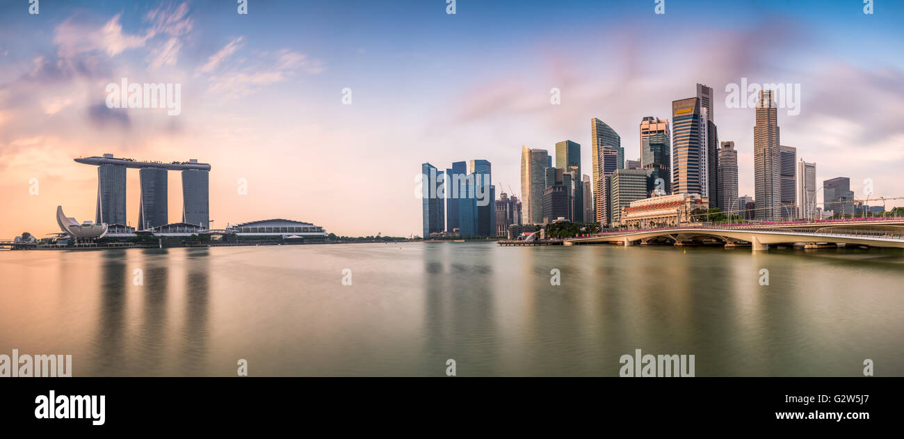 Skyline von Singapur in der Marina während der Dämmerung. Stockbild