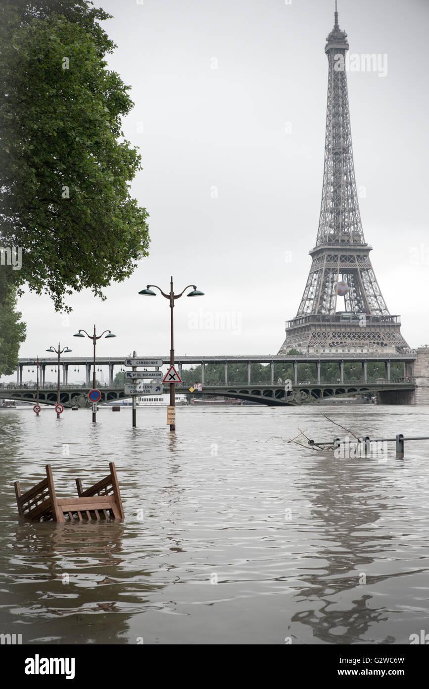 Paris, Frankreich. 3. Juni 2016. Hochwasser der Seine in Paris - Frühjahr 2016 - Eiffelturm Stockfoto