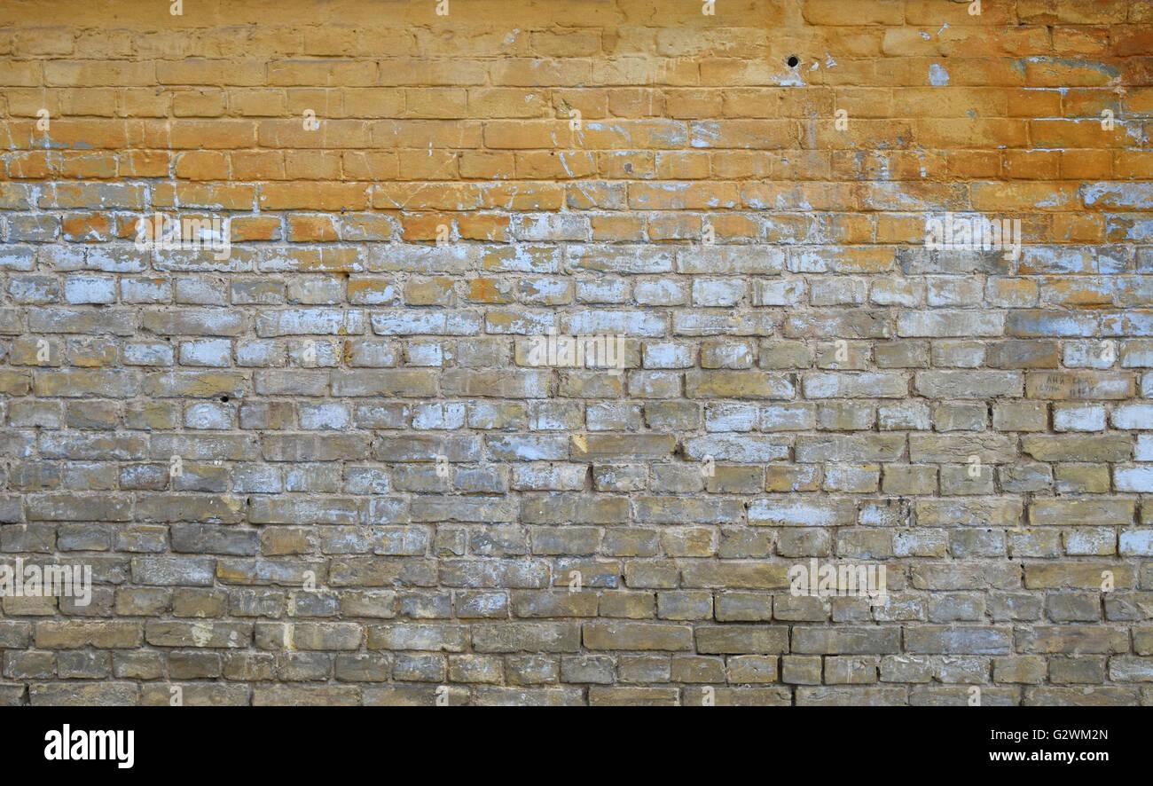 Alten Grunge Vintage Gelb Und Braun Bemalte Ziegel Wand Mit Blauen Und  Weißen Farbe Flecken Und Schmutz Verblasst Hintergrund