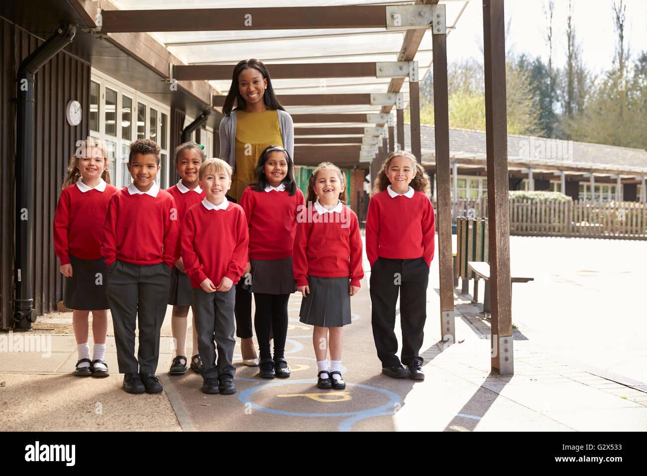 Porträt der Grundschule Schüler und Lehrer auf Spielplatz Stockfoto