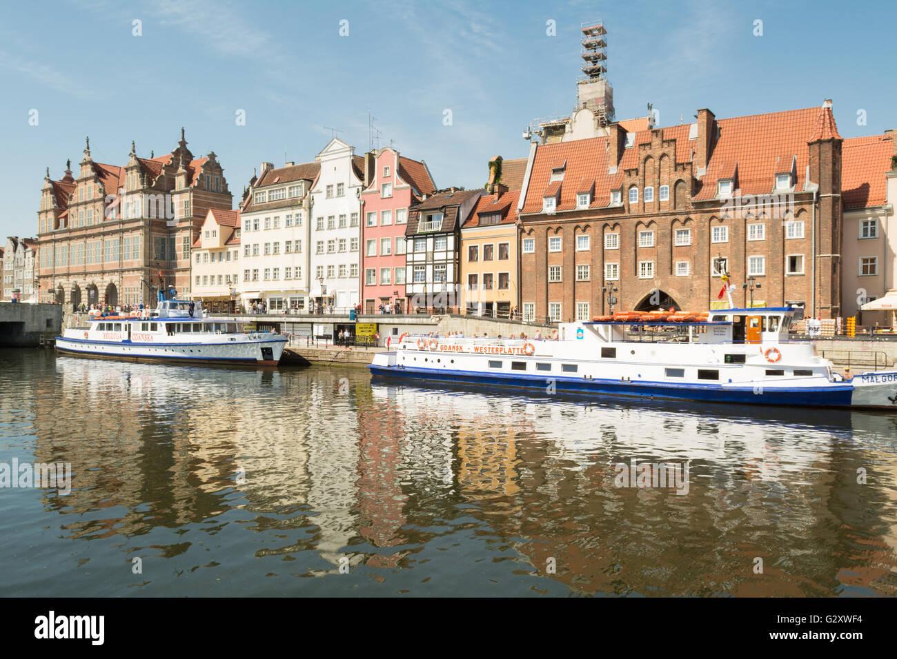 Danzig, Polen: Blick auf lange Brücke Promenade, Fluss Mottlau und touristische Boote Stockbild