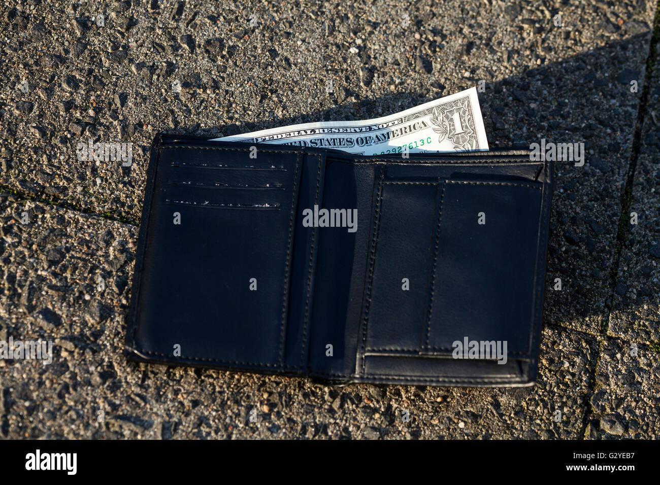 Verloren Wallte mit 1 Dollar-note Stockbild