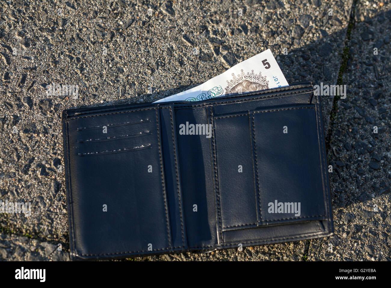 Verloren Wallte mit 5-Pfund-note Stockbild