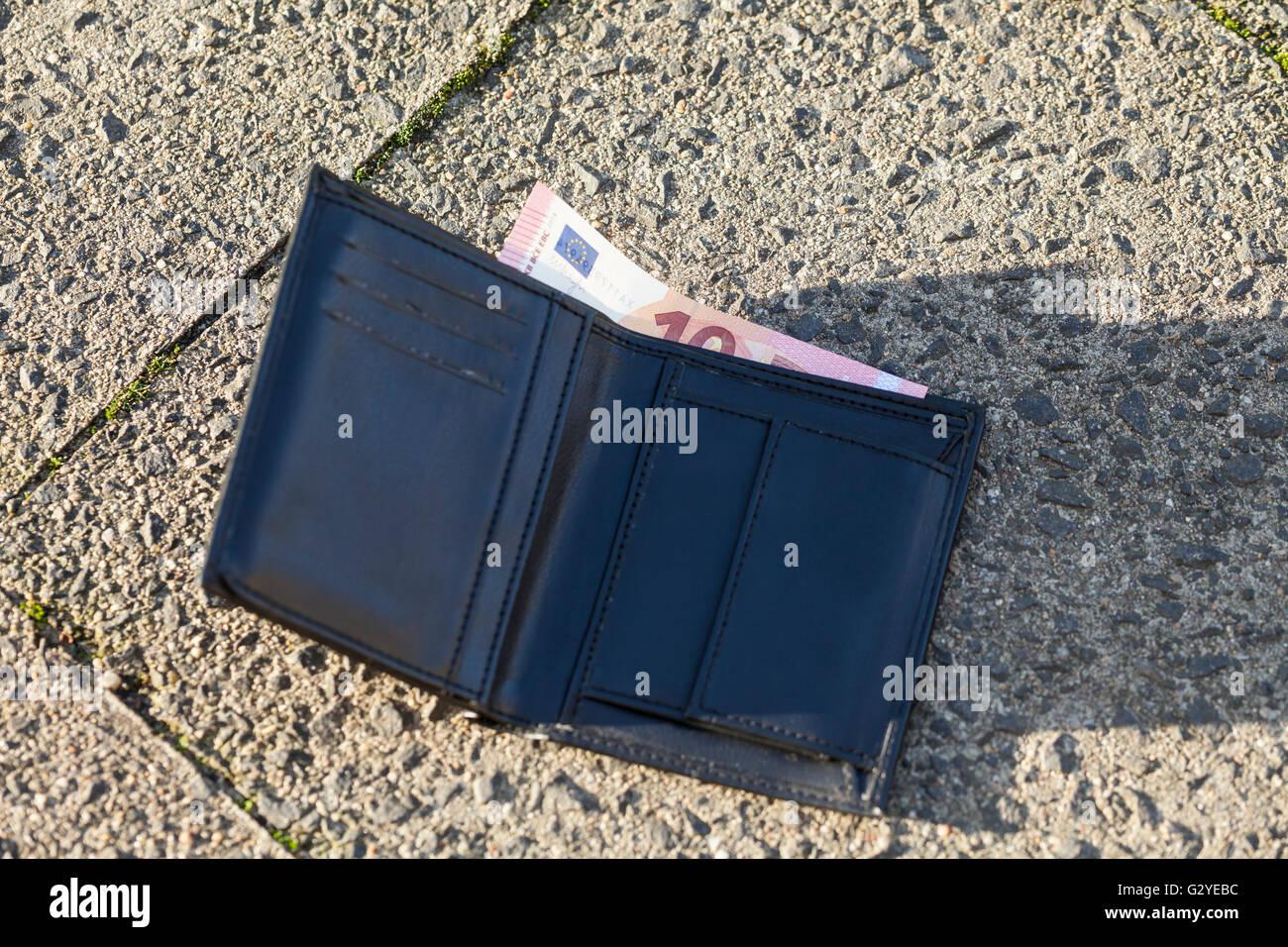 Verlorene Wallte mit 10-Euro-Schein Stockbild