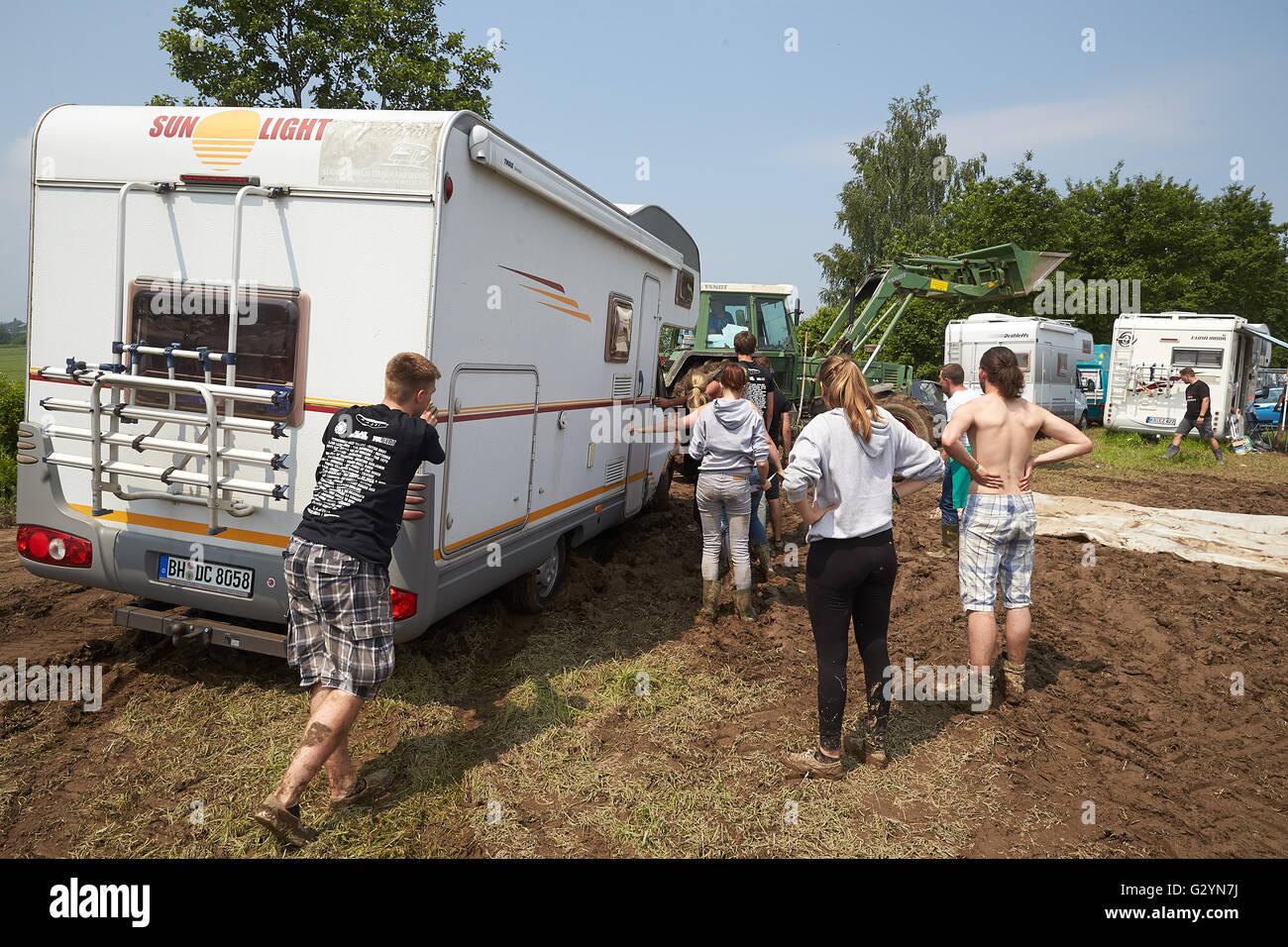 Mendig Deutschland 5 Juni 2016 Ein Traktor Zieht Ein Wohnmobil