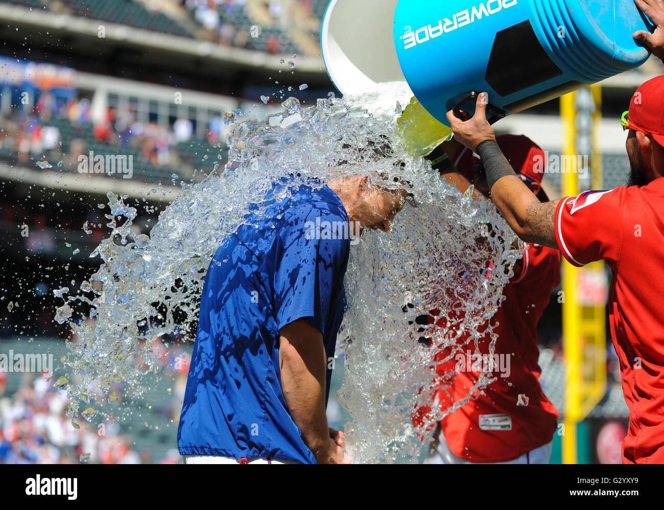 Arlington, Texas, USA. 5. Juni 2016. Texas Rangers ab Krug Derek Holland #45 wird mit Wasser geduscht und Powerade Stockbild