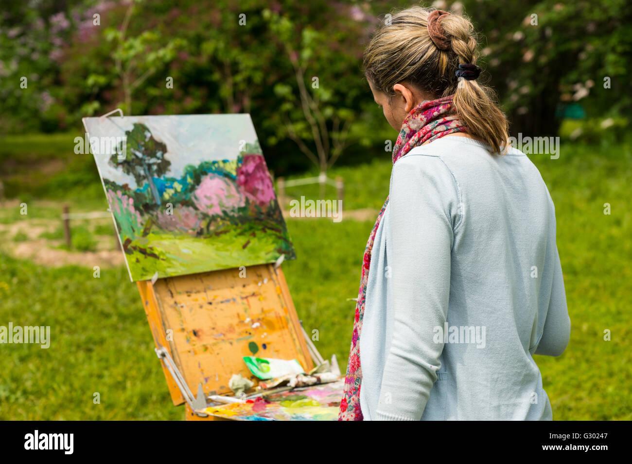 Ruckseitige Ansicht Von Einer Weiblichen Kunstlerin Arbeitet Auf