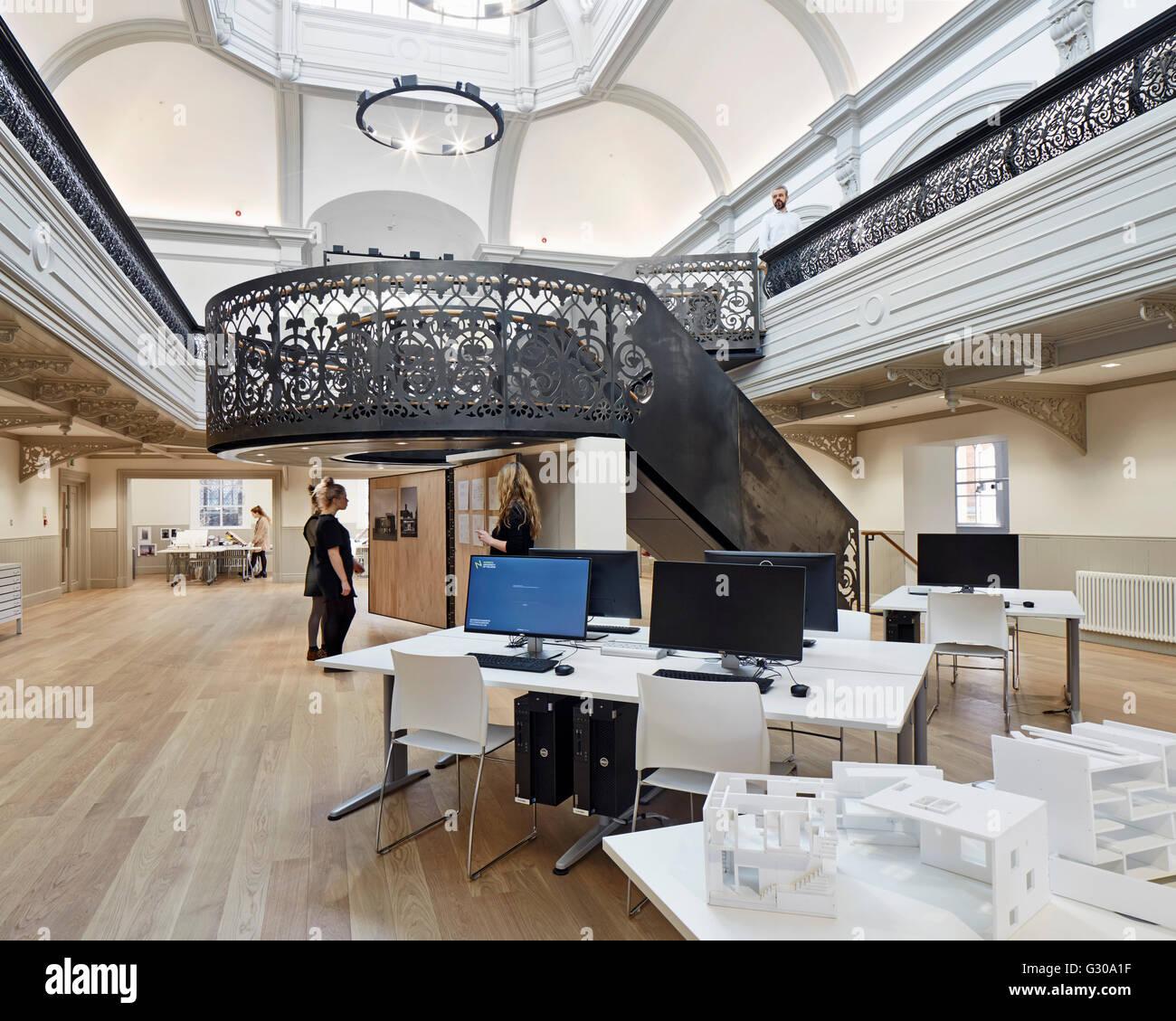 Architekt Lehre lehre crit in wichtigsten atrium unter zentrale treppe boardman