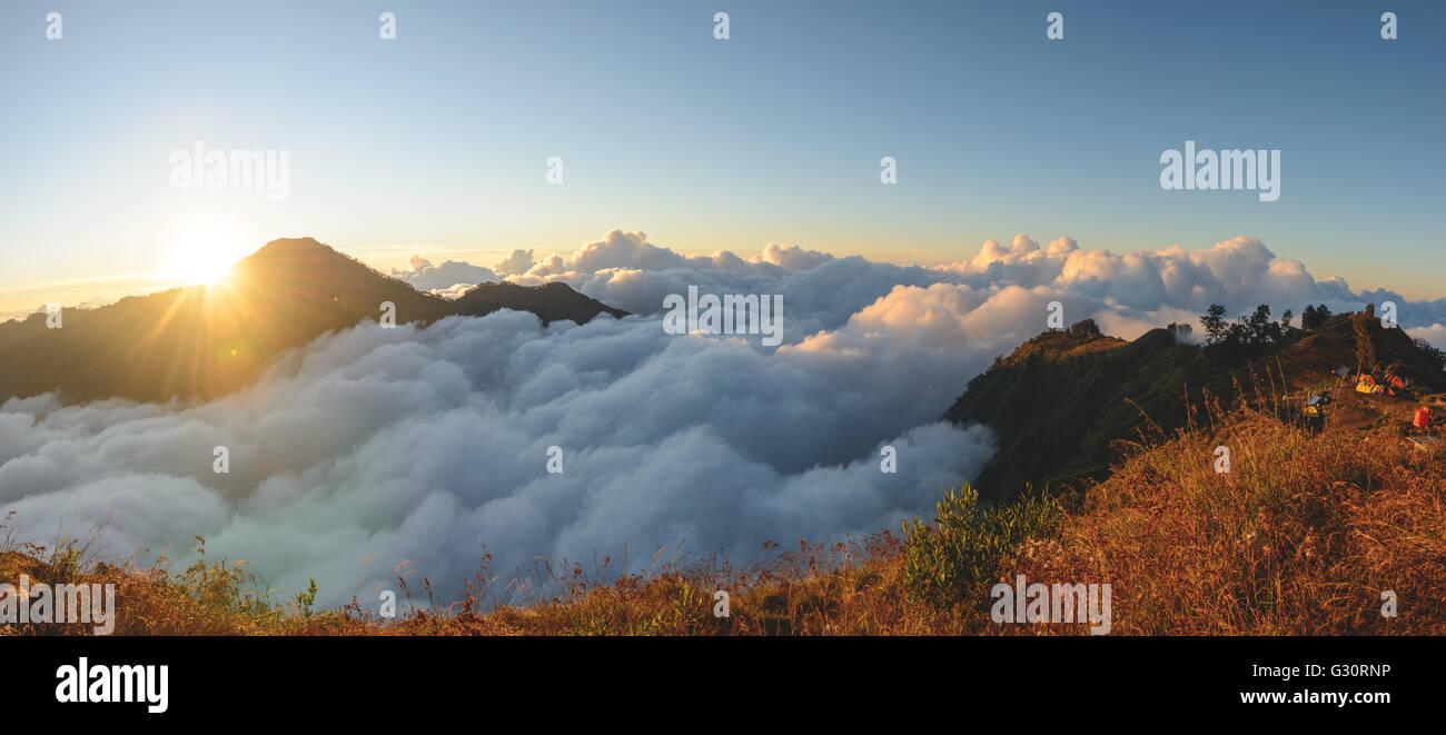 Über den Wolken auf Mt Rinjani in Indonesien Stockbild