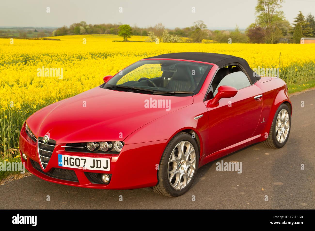 Alfa Romeo Spider soft Top Cabrio-Sportwagen in rot mit schwarzer Kapuze Stockbild